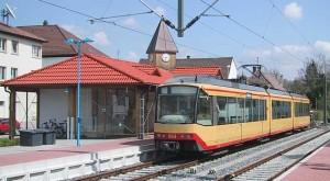Stadtbahnwagen 863 der AVG im modernen Bahnhof Odenheim