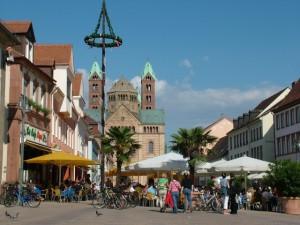 Die Maximilianstrasse in Speyer, im Hintergrund der Dom
